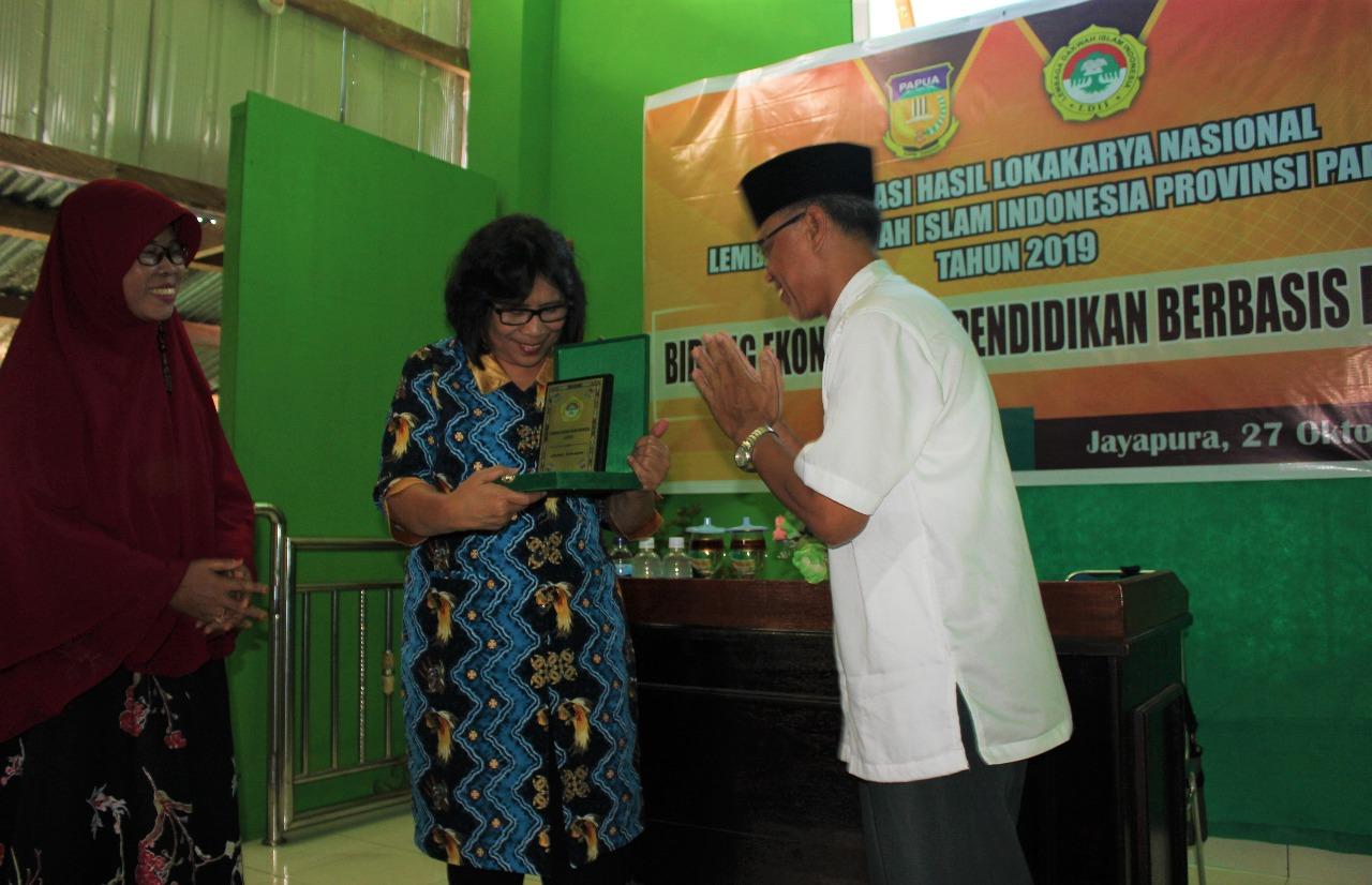 Kepala Dinas Kominfo Provinsi Papua Kansiana Salle,S.H,MM membuka acara diiringi dengan pemberian plakat LDII dari ketua DPW LDII Prov. Papua, Drs.H.Winoto,M.Pd